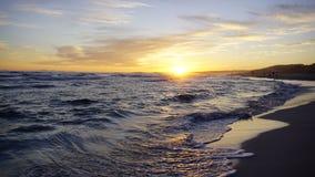 El mar agita en un día hermoso de la puesta del sol Fotos de archivo libres de regalías
