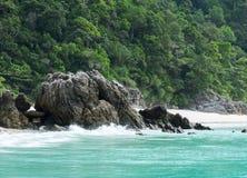 El mar agita estrellando las rocas del mar en la isla de Myanmar con Copyspace al texto de entrada Fotos de archivo libres de regalías