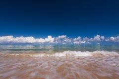 El mar agita la línea del latigazo en la playa de la arena Imagen de archivo