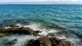 El mar agita a lo largo de la costa Imágenes de archivo libres de regalías