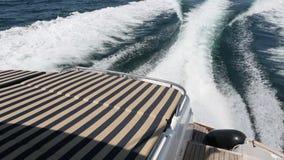 El mar agita salpicar, vacaciones de verano del yate en el mar metrajes
