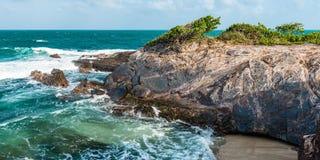 El mar agitado de Toco Trinidad y de Trinidad y Tobago las Antillas vara panorama del borde del acantilado Imagenes de archivo