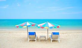El mar agradable y la silla en la playa Foto de archivo libre de regalías