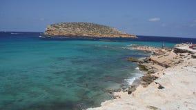 El mar azul brillante rodea ibiza Fotografía de archivo libre de regalías
