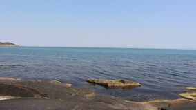El mar azul emocionante sedoso hermoso en una roca en Bulgaria almacen de metraje de vídeo