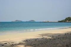 El mar azul y la arena blanca en Nang Rong varan Foto de archivo
