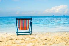 El mar azul y la arena blanca varan con la playa del verano de las sillas de playa ninguna Foto de archivo