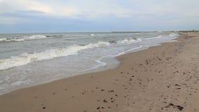 El mar Báltico agita el vídeo de Ventspils Letonia almacen de video