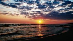 El mar Báltico en la salida del sol almacen de video