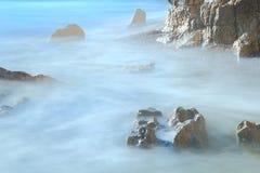 El mar borroso agita en la playa de la tabla Imagen de archivo