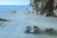 El mar borroso agita en la playa de la tabla Fotos de archivo