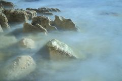 El mar borroso agita en la playa de la tabla Fotografía de archivo