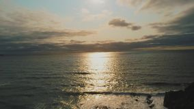 El mar céltico en la puesta del sol - visión aérea hermosa sobre el océano metrajes