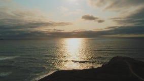 El mar céltico en la puesta del sol - visión aérea hermosa sobre el océano almacen de video