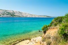 El mar cristalino que rodea la isla de Rab, Croacia Imagen de archivo libre de regalías
