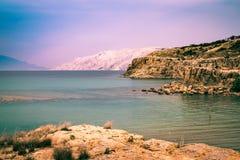 El mar cristalino que rodea la isla de Rab, Croacia Foto de archivo libre de regalías