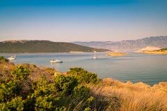 El mar cristalino que rodea la isla de Rab, Croacia Imágenes de archivo libres de regalías