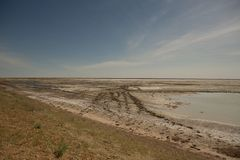 El mar de Aral secado-para arriba en verano, la crisis de agua en el planeta y el concepto de cambio de clima imagenes de archivo