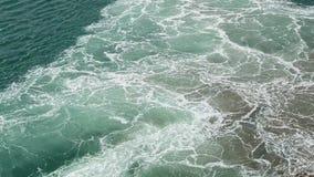 El mar de la aguamarina agita la ebullición y la espuma del motor de trabajo de la nave, gaviotas vuela sobre el mar almacen de metraje de vídeo