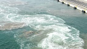 El mar de la aguamarina agita la ebullición y la espuma del motor de trabajo de la nave, gaviotas vuela sobre el mar almacen de video