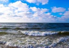 El mar de la hermosa vista agita el cielo Fotos de archivo libres de regalías