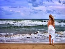 El mar de la muchacha del verano va en el agua Fotografía de archivo libre de regalías