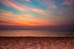 El mar de la playa de la arena en el fondo crepuscular de la nube del cielo, sol fijó hora foto de archivo