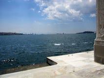 El mar de Mármara ve el palacio de Dolmabahce en Estambul, Turquía imagen de archivo libre de regalías