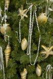El mar del oro del árbol de navidad adornó fondos Foto de archivo libre de regalías