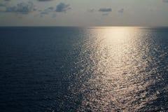 El mar, el sol, las nubes y el cielo Fotos de archivo libres de regalías