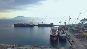 El mar envía la situación en estacionamiento en la opinión del abejón del astillero Buque de carga en paisaje de la antena del as almacen de metraje de vídeo