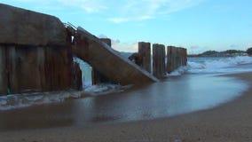 El mar está asaltando las ondas grandes están en el mar ondas que se rompen en los bloques de cemento las ondas se emiten en el e metrajes