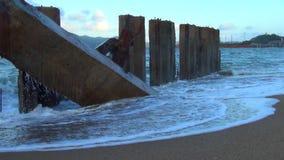 El mar está asaltando las ondas grandes están en el mar ondas que se rompen en los bloques de cemento las ondas se emiten en el e almacen de video