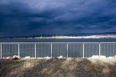 El mar está consiguiendo agitado, la tormenta está consiguiendo más cerca foto de archivo