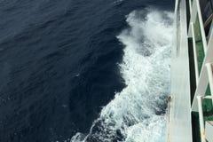 El mar hace espuma imagen de archivo