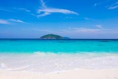 El mar hermoso del agua clara le gusta un cielo en la isla de Similan, Phang Imagenes de archivo
