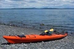 El mar kayaks en una playa rocosa en puerto de la barra Fotografía de archivo libre de regalías