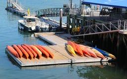 El mar kayaks listo para los turistas en puerto de la barra Imagen de archivo libre de regalías