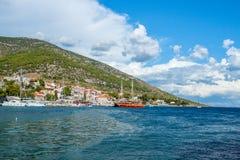 El mar, la colina y vehículos en la isla de Brac Croacia Foto de archivo libre de regalías