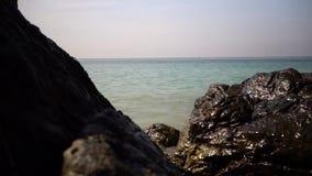 El mar, las ondas entre la piedra almacen de video