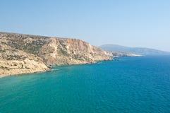 El mar libio y la playa ropa-opcional cerca de Matala varan en la isla de Creta, Grecia imagen de archivo