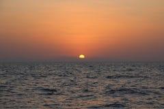 El mar Mediterráneo Salida del sol sobre el mar calma, nubes Imágenes de archivo libres de regalías