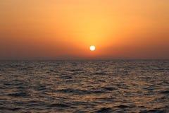 El mar Mediterráneo Salida del sol sobre el mar calma, nubes Fotografía de archivo libre de regalías