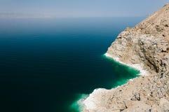 El mar muerto en Jordania Color hermoso del mar muerto y de la sal foto de archivo