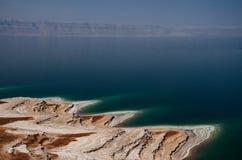 El mar muerto en Jordania Colorante hermoso del mar muerto y del s foto de archivo libre de regalías