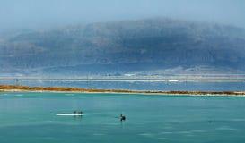 El mar muerto, es un lago de sal que confina Jordania al norte, e Israel al oeste fotos de archivo
