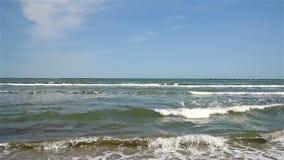 El Mar Negro agita en la línea de la playa metrajes