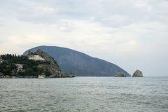 El Mar Negro en Gurzuf Ayu-Dag, la montaña del oso Fotos de archivo