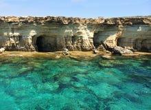 El mar oscila paisaje del agua azul de los riscos de la piedra caliza Foto de archivo