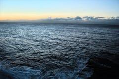 El mar profundo en la bahía de Watsons imagenes de archivo
